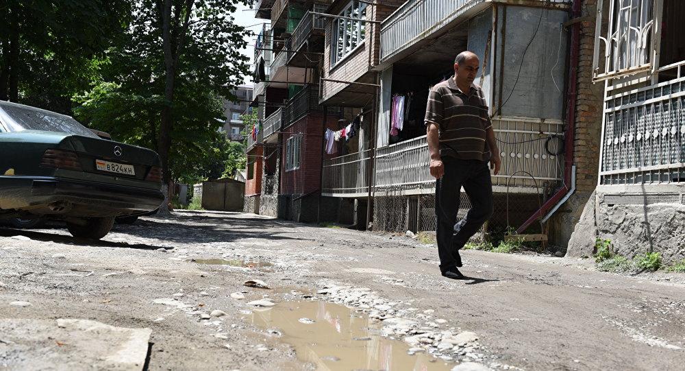 Двор по ул. Мамсурова в Цхинвале