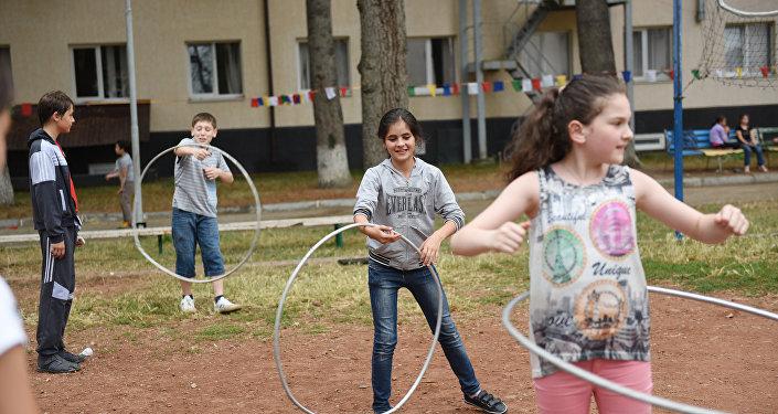 Дети с обручами в лагере Солнышко