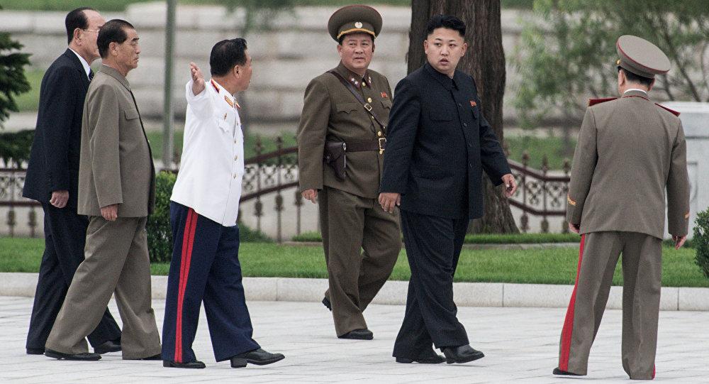 Первый секретарь Центрального комитета Трудовой партии Кореи Ким Чен Ын (второй справа)