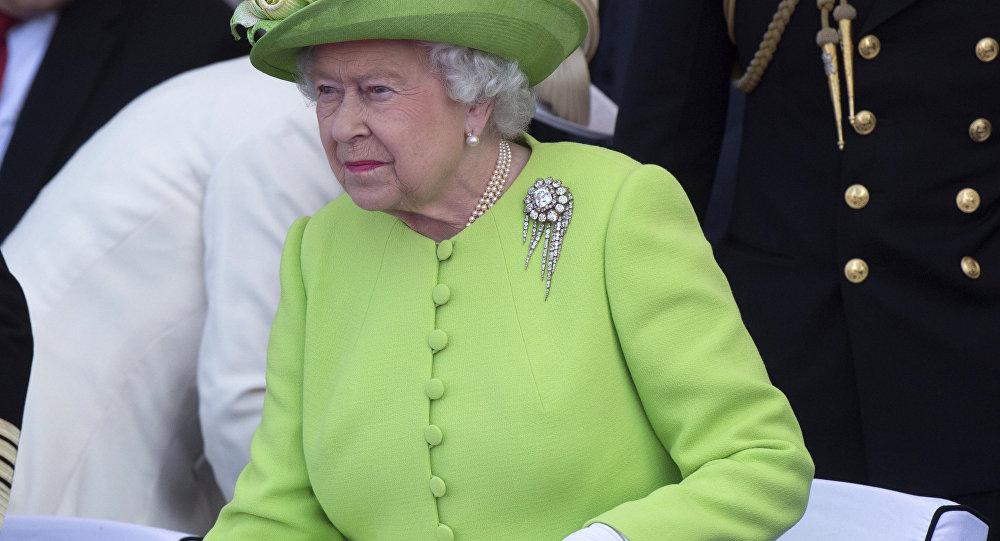 90-летняя королева Великобритании прокатилась зарулем Range Rover