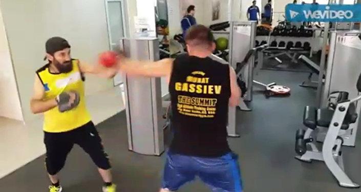 Мурат Гассиев начал подготовку к бою с Денисом Лебедевым. Кадры тренировки