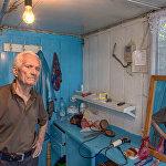 А вот этот парикмахер берет за стрижку 250 рублей, как и в современных салонах города. На отсутствие клиентов дядя Володя не жалуется.