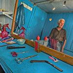 В Цхинвале все еще остались парикмахерские — в основном мужские, где работают старые парикмахеры.