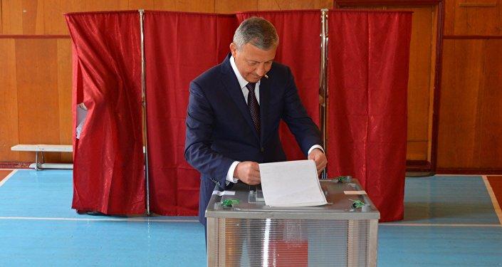 Глава Северной Осетии Вячеслав Битаров голосует на выборах в Госдуму