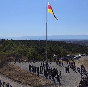 Государственный флаг на въезде в Цхинвал.