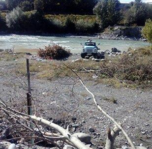 Ассенизаторская машина на берегу Лиахвы
