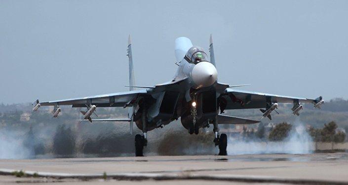 Российский самолет Су-30 совершает посадку на авиабазе Хмеймим в Сирии