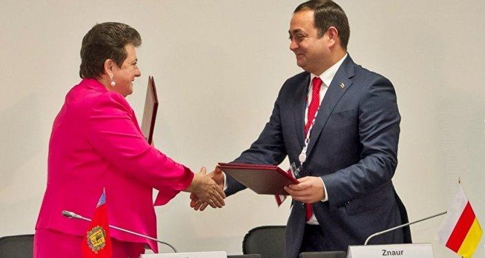Посол РЮО в РФ Знаур Гассиев и губернатор Владимирской области Светлана Орлова