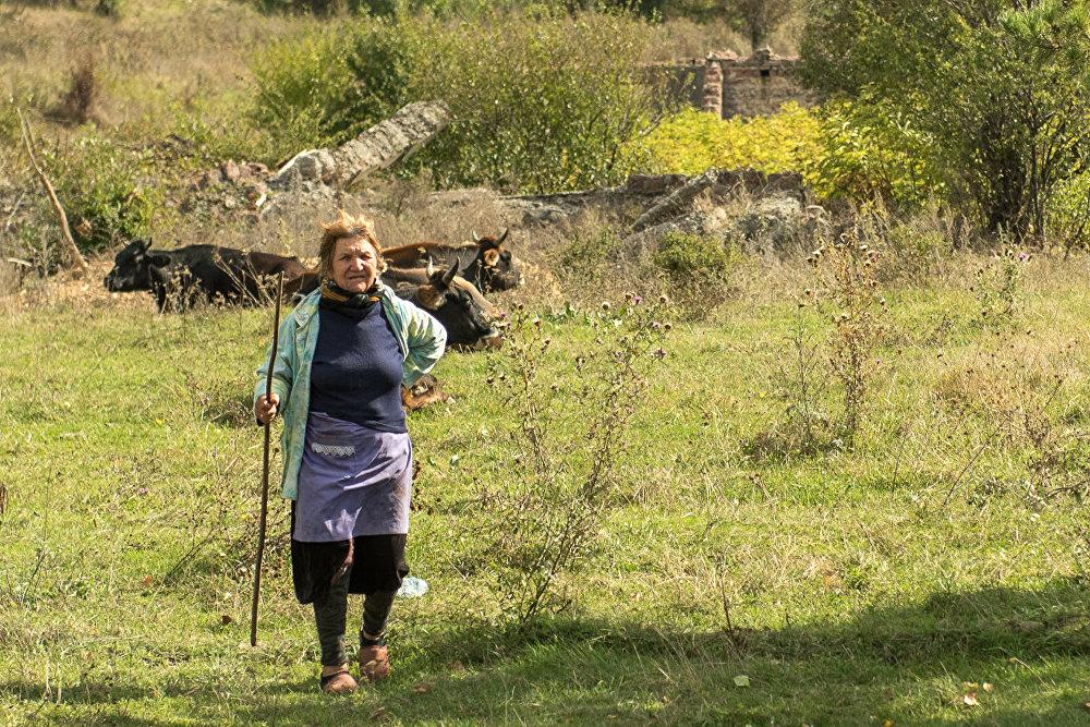 Как правило бабушки и дедушки в деревне занимаются домашним хозяйством, многие держат скот
