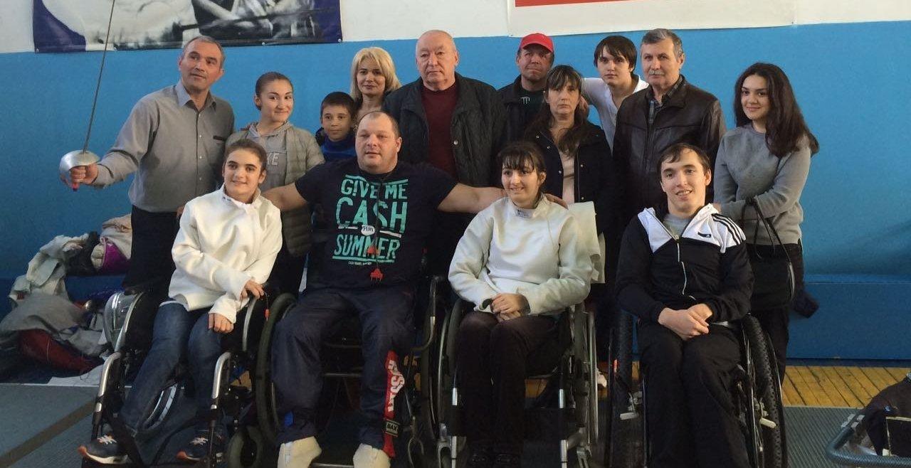 Команда парафехтовальщиков с тренерами Алексием Лазариди (слева) и Валерием Галуевым (посередине в верхнем ряду)