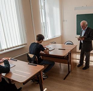 Учитель Хазби Плиев на уроке