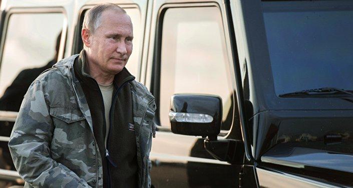 Президент РФ Владимир Путин во время посещения Центра реинтродукции лошадей Пржевальского