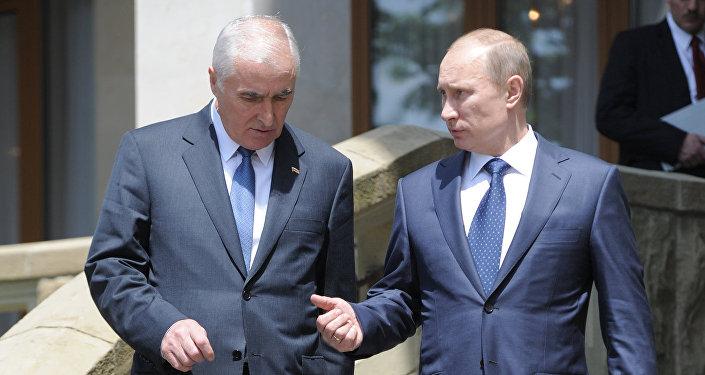 Президент РФ Владимир Путин и президент Южной Осетии Леонид Тибилов