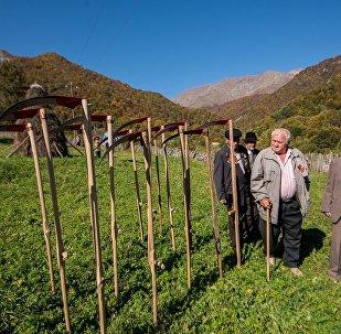 Ветераны Великой Отечественной войны у мемориала в селе Теделет