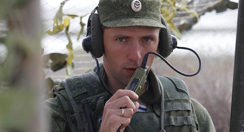 Российский военнослужащий выходит на связь во время учений