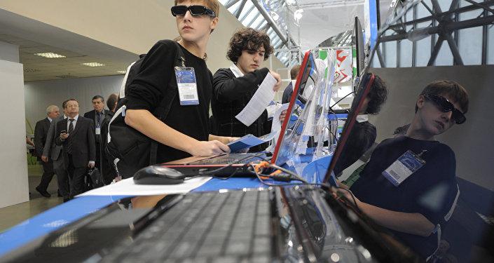 Подростки на выставке нанотехнологических проектов