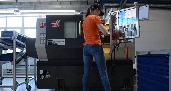 Сотрудница работает в цехе на открытии первой в России Образцовой фабрики Уральского федерального университета