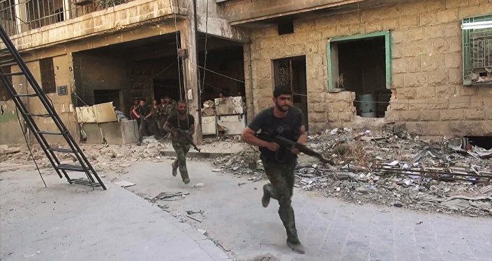 Бойцы сирийской армии в наступлении на позиции боевиков Джебхат-ан-Нусра в Алеппо