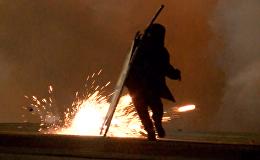 Выселение из джунглей: протестующие мигранты атакуют полицейских в Кале