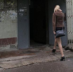 Девушка входит в подъезд дома