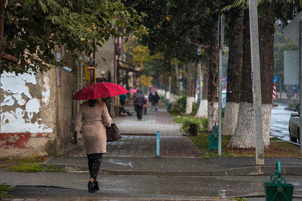 Поэтому утренние осадки застали жителей города врсплох. По зимнему оделись далеко не все.
