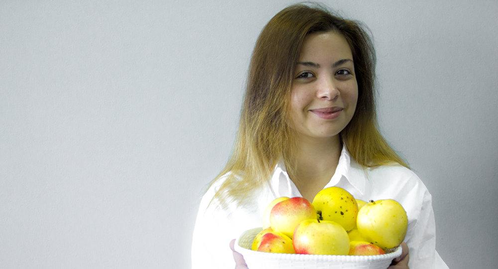 Вика в яблоках