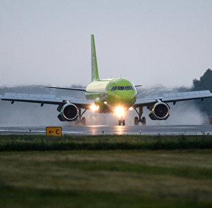 Самолет авиакомпании S7 на взлетно-посадочной полосе