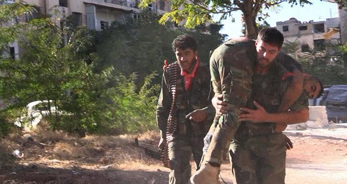 Бойцы сирийской армии во время наступления на позиции боевиков Джебхат-ан-Нусра