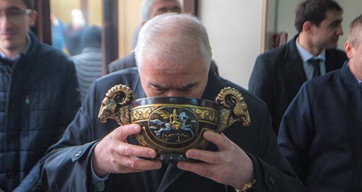 Глава государства по традиции пригубил чашу с осетинским пивом