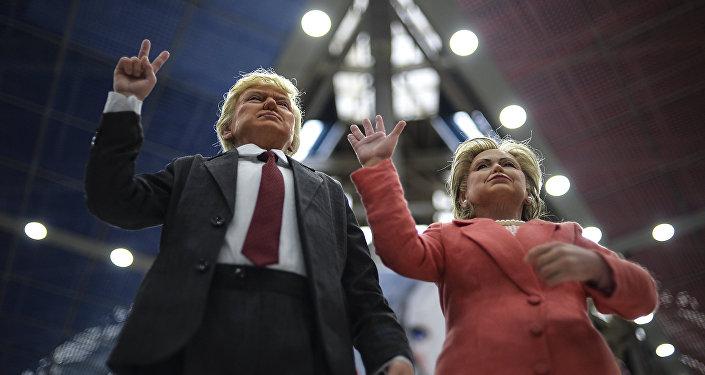 Куклы кандидатов в президенты США Хиллари Клинтон и Дональда Трампа