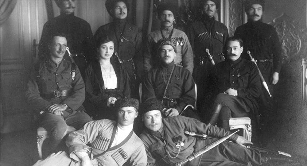 Лазарь Бичерахов (в центре) с соратниками
