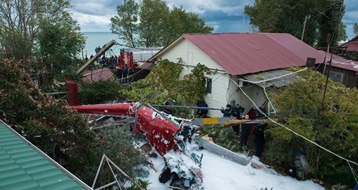 Обломки упавшего на крышу частного дома в Сочи вертолета,