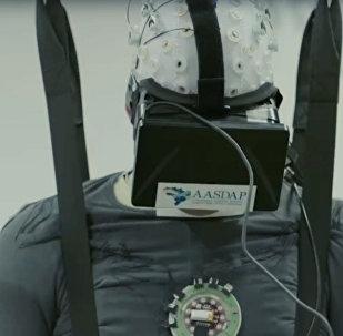 Парализованный человек учится ходить при помощи виртуальной реальности