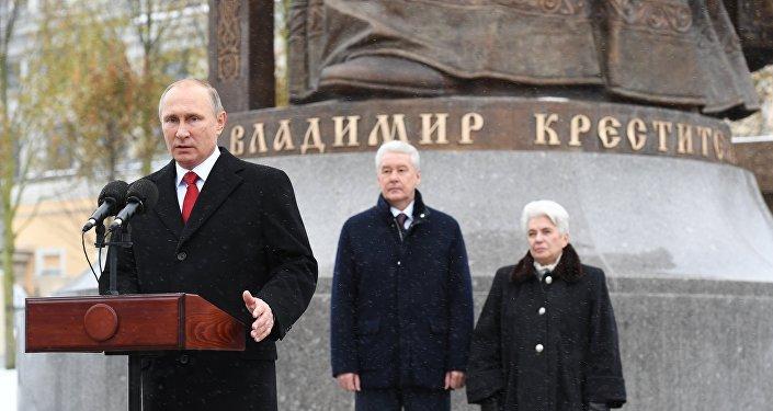 Президент РФ Владимир Путин выступает на церемонии открытия памятника князю Владимиру