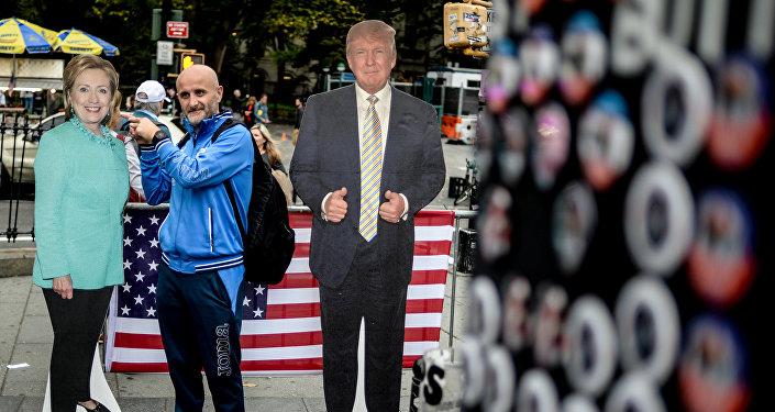 Мужчина фотографируется с ростовыми фигурами кандидатов в президенты США в Нью-Йорке