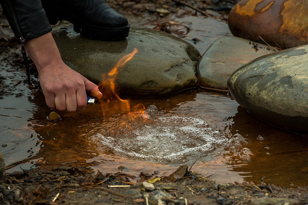 В окрестностях Цхинвала из под земли выходят вода и газ метан. Благодаря этому воду можно поджечь.