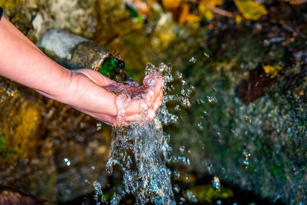 Вода в нем всегда чистейшая и холодная, даже в жаркие летние дни.