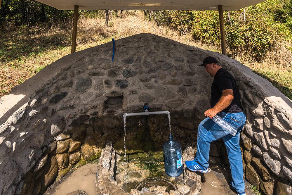 Они благоустроили территорию вокруг родника и сделали удобнее для набора воды.