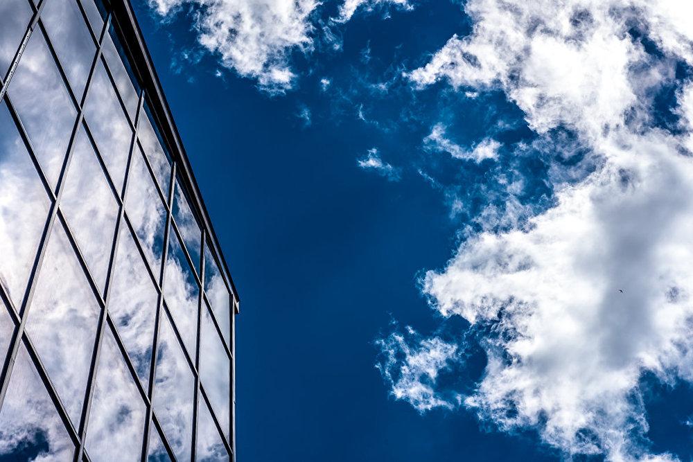 Облака смотрятся в зеркало.