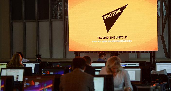 Экран с символикой Международного информационного агентства и радио Sputnik (Спутник).