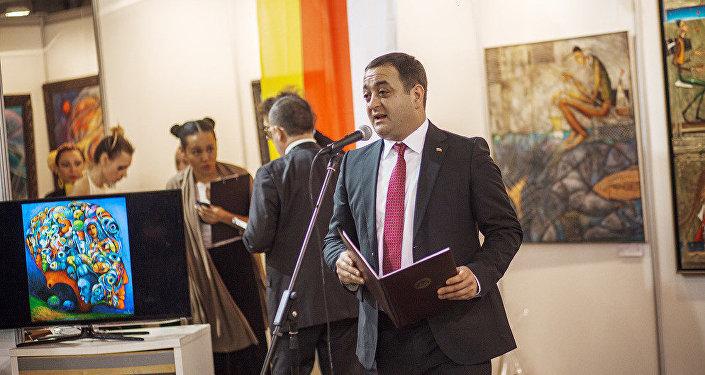 Посол РЮО  в РФ Гассиев  на выставке художника Гобозова