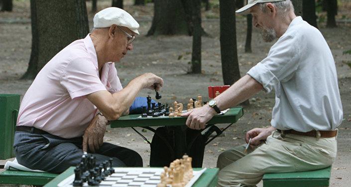 Пожилые люди проводят свой досуг за игрой в шахматы