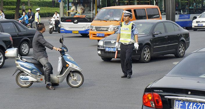 Китайские полицейские регулируют движение в Пекине