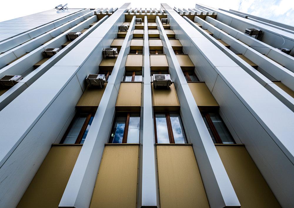В таком необычном ракурсе здание правительства напоминает Матрицу.