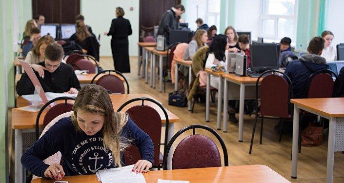 Студенты в библиотеке.