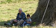 Дед с внуком в селе Эльтуро