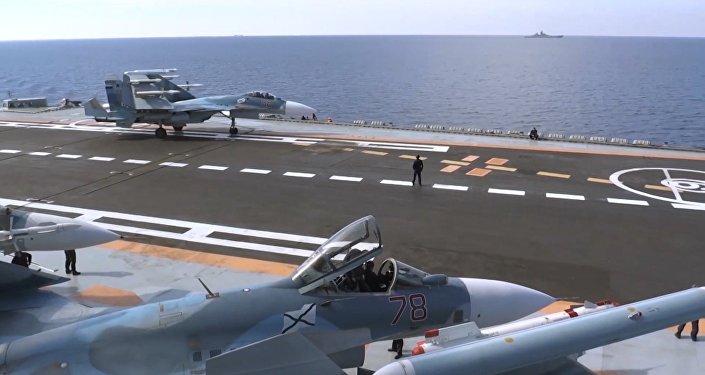 Истребитель Су-33 перед взлетом с палубы крейсера Адмирал Кузнецов