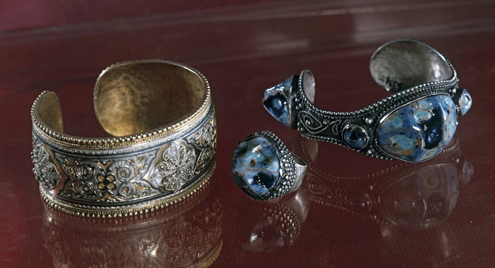 Браслет серебряный, позолоченный, украшенный чернью и филигранью. Браслет и перстень со вставкой глазурованной керамики.
