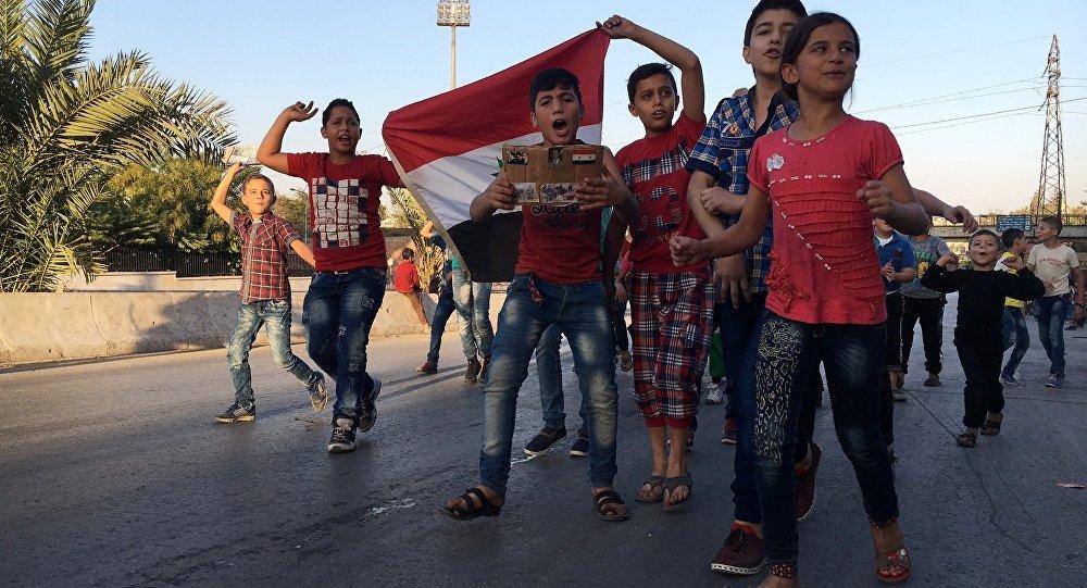 Дети в районе гуманитарного коридора на границе восточного и западного Алеппо