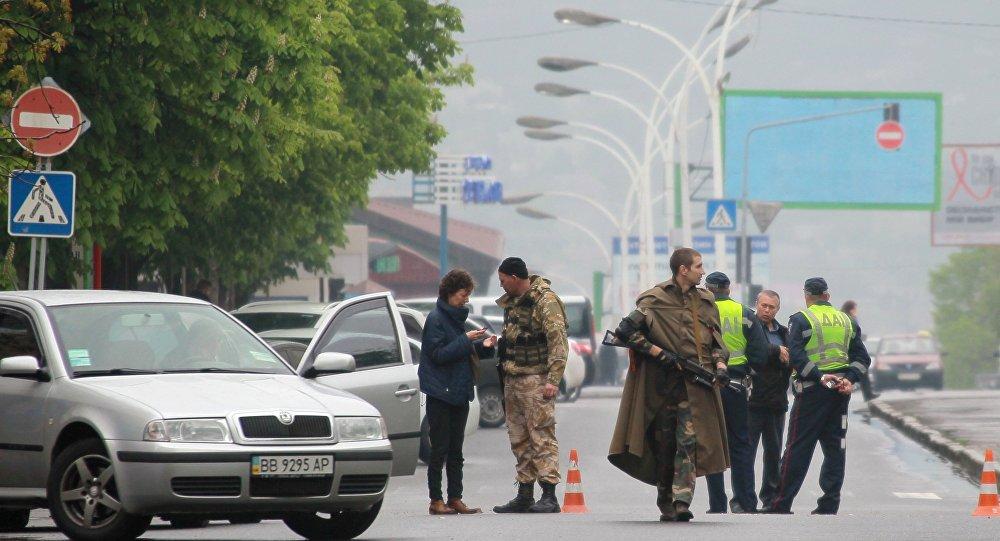 Бойцы народного ополчения патрулируют территорию у здания областной администрации в Луганске